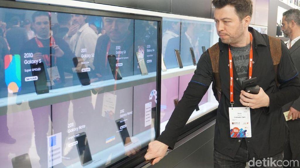 Di perhelatan MWC 2018, booth Samsung menghadirkan 'museum mini' yang merangkum evolusi ponsel besutannya sejak 1988 hingga 2018. Foto: Rachmatunnisa/detikINET