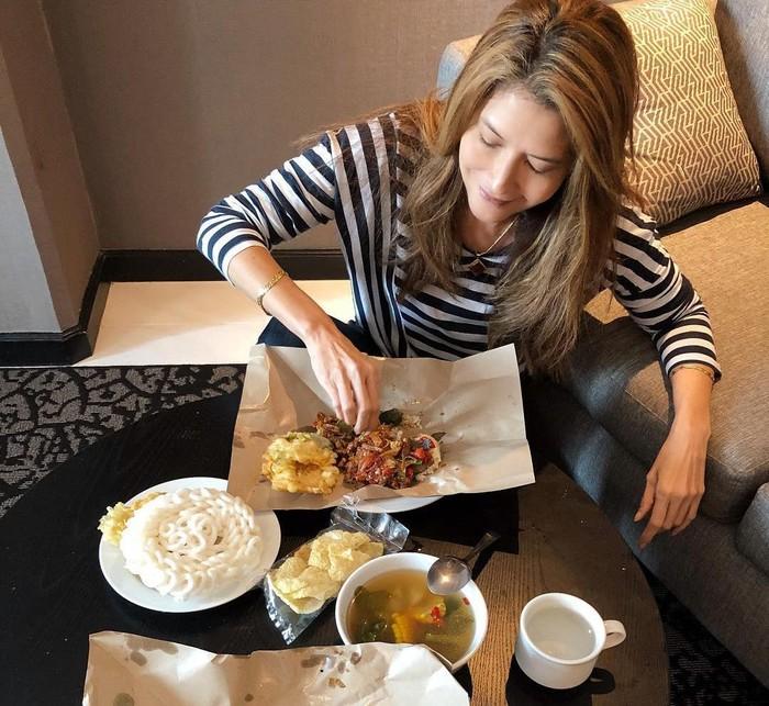 Makan nasi bungkus warteg lengkap dengan kerupuk dan sayur asem. Tamara terlihat sangat lahap menyantap nasi bungkusnya itu. Apalagi dimakan dengan tangan. Mumpung di Jakarta, Makan makanan favorit dari Warteg langanan. Mantabbbb, tulis akun Instagra @tamarableszynskiofficial. Foto: Instagram @tamarablezynskiofficial
