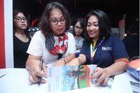 Nasabah BNI mendapatkan penjelasan keuntungan penggunaan produk BNI di acara BNI Java Jazz Festival 2018 (Foto: dok. BNI)