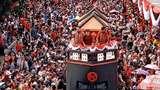 Warga Antusias Saksikan Karnaval Cap Go Meh, Ada yang Panjat Pohon