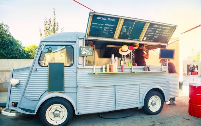 Food truck yang ini tampak simpel namun menarik. Seluruh bagian mobil dilapisi dengan seng bergelombang. Semuanya di cat dengan warna putih. Foto: Istimewa