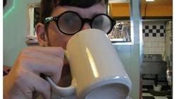 Kamu yang memakai kacamata apakah karena miopia (rabun jauh) atau hyperopia (rabun dekat) mungkin sering mengalami hal-hal yang diungkapkan dalam meme ini.