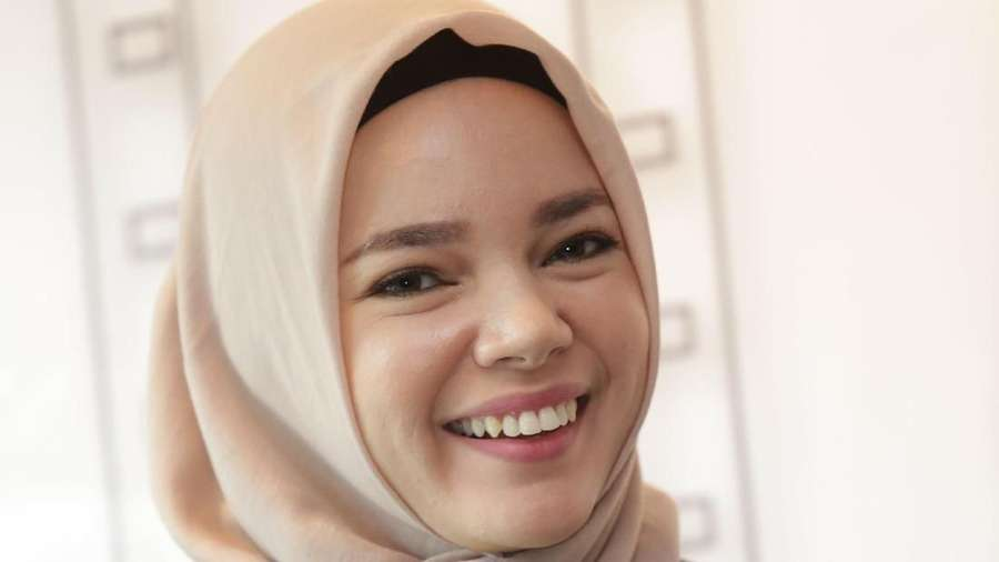 Senyum Dewi Sandra yang Bikin Hati Adem