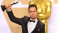 Sam Rockwell, lawan main Francais juga berhasil membawa pulang piala di kategori Best Supporting Actors. REUTERS/Mike Blake