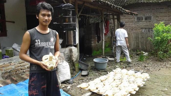 Tatang, salah satu pengrajin topeng Ganongan di Ponorogo. (Foto: Charolin Pebrianti)