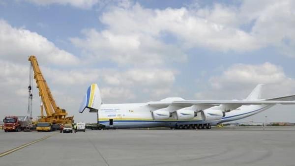 Berbeda dengan pesawat pada umumnya, pesawat ini punya dua ekor. Kargo yang mampu dibawanya pun sangat berat yakni 130 ton (CNN Travel)