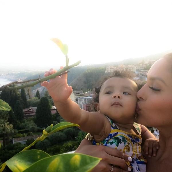 Kobe memotret istrinya, Vanessa Laine Bryant dan buah hatinya saat plesiran ke Sisilia, pulau yang cantik di Italia (kobebryant/Instagram)