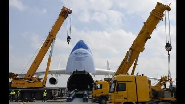 Hal lain yang menarik, pesawat Antonov An-225 Mriya bermesin enam. proses pengangkutan kargo dengan membuka badan pesawat bagian depan (CNN Travel)