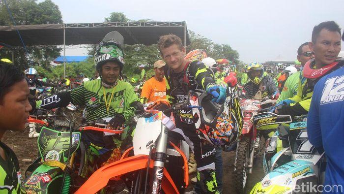 Pebalap Motocross asal Australia Lewis Stewart berbagi ilmu dengan para crosser di Sidoarjo. (Foto: Suparno)