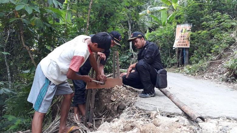 Warga Lereng Menoreh Pasang Boplang Untuk Deteksi Rekahan Tanah