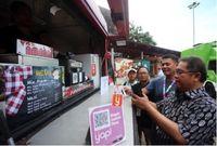 Menteri Komunikasi dan Informatika Rudiantara didampingi oleh Direktur Bisnis Konsumer BNI Anggoro Eko Cahyo mencoba langsung aplikasi yap! untuk membeli makanan di Jakarta International Java Jazz Festival 2018