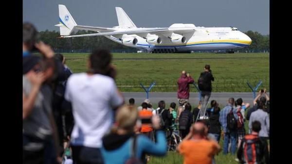 Pesawat Antonov An-225 Mriya seperti lokomotif, memegang rekor membawa kargo terberat yang pernah diangkut melalui udara. Beban muatan terbesarnya adalah 253 ton (CNN Travel)