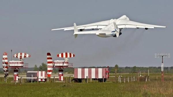 Adalah Pesawat Antonov An-225 Mriya. Berat totalnya lebih dari 600 ton (CNN Travel)(CNN Travel)