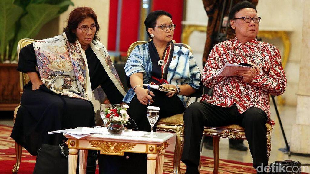 Gaya Santai Menteri Susi saat Sidang Kabinet