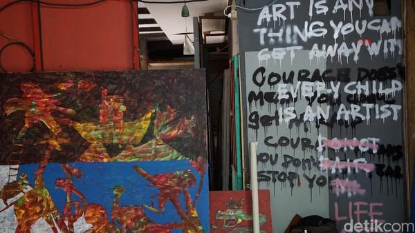 Karya seni ditinggalkan dan dipajang di depan toko. Umumnya, para pelukis meninggalkan nomor telepon bagi pengunjung apabila berminat membeli (Shinta/detikTravel)