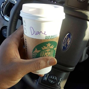 Ini 8 Kisah Kocak Selebriti Hollywood yang Namanya Salah Ditulis Barista Starbucks