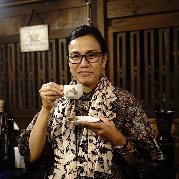 Kunjungan Sri Mulyani ke Banyuwangi dalam rangka meninjau kesiapan infrastruktur Banyuwangi sebagai daerah penyangga Pertemuan Tahunan Bank IMF. Ini aksinya saat ingin mencicip kopi osing khas Banyuwangi. Foto: Instagram smindrawati