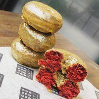 Sambut Oscar, Kafe Ini Sajikan 'Red Carpet Doughnut' yang Mewah