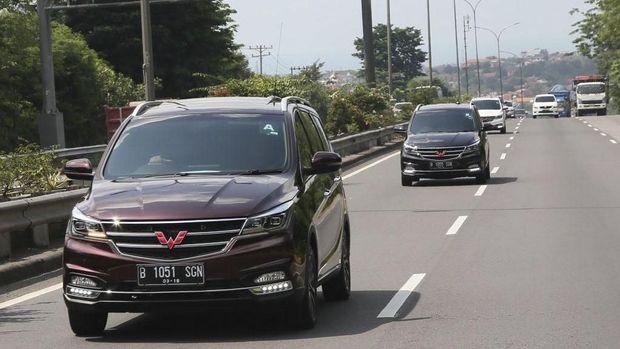 Wuling Cortez melintasi jalan tol Semarang-Solo