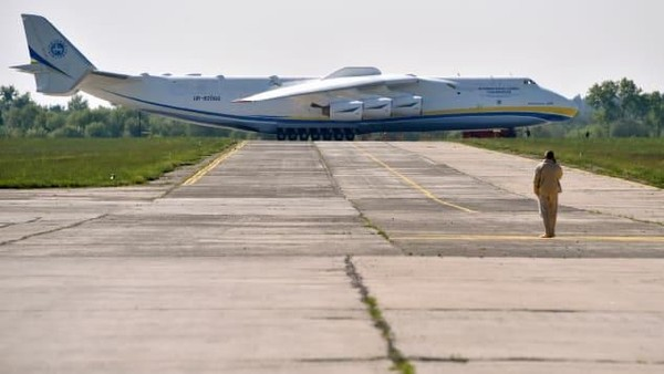 Antonov An-225 Mriya merupakan pesawat terbang terbesar dan terberat yang pernah dibuat, demikian juga sayapnya memiliki rentang sayap terpanjang, yakni 88 meter (CNN Travel)