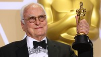 James Ivory mengangkat piala yang dimenangkannya lewat kategori Best Adpated Screenplay. REUTERS/Mike Blake.