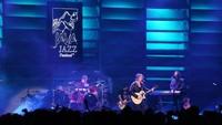 Usai menyanyikan beberapa lagu, aksi panggung Goo Goo Dolls di Java Jazz 2018 sempat terhenti karena kendala teknis. Foto: Hanif Hawari