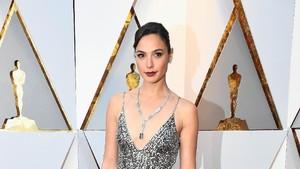 What a Wonder Woman! Cantiknya Gal Gadot di Red Carpet Oscars 2018