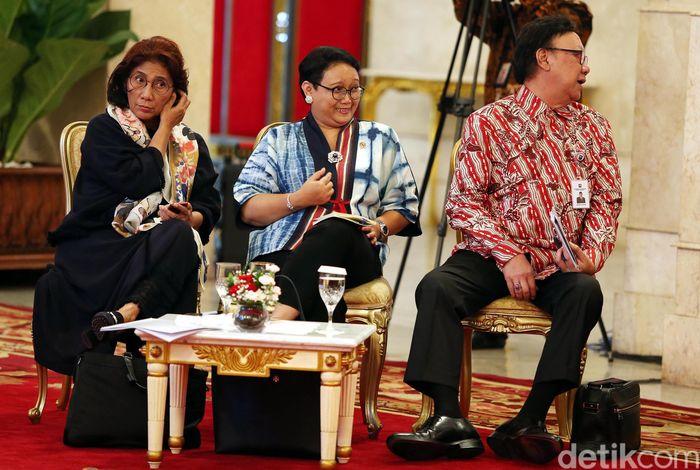 Dalam Sidang Kabinet Paripurna yang berlangsung di Istana Negara, Jakarta, Senin (05/03/2018), Menteri Kelautan dan Perikanan Susi Pudjiasatuti mencuri perhatian lantaran gayanya yang unik dan cuek.