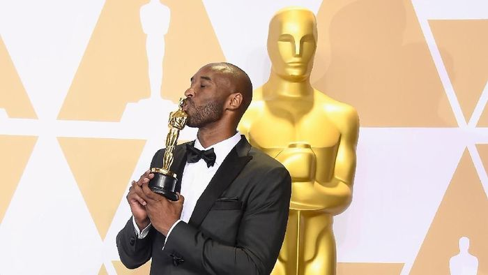 Setelah punya lima cincin NBA, Kobe menangi Oscar (Frazer Harrison/Getty Images)