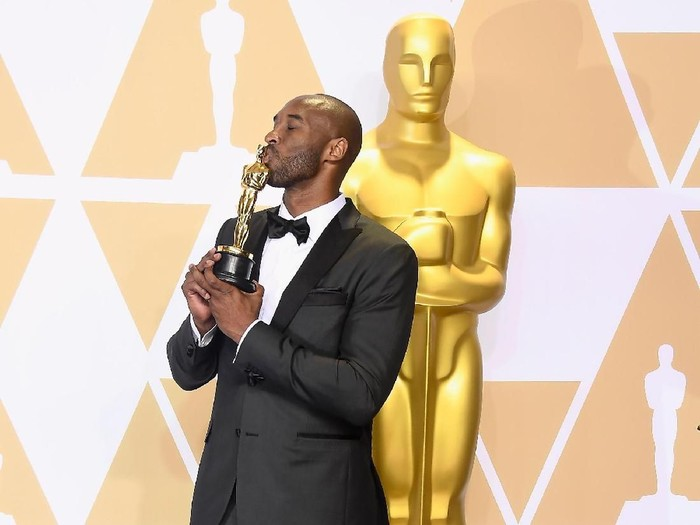 HOLLYWOOD, CA - MARCH 04:  Filmmaker Kobe Bryant, winner of the Best Animated Short Film award for Dear Basketball, poses in the press room during the 90th Annual Academy Awards at Hollywood & Highland Center on March 4, 2018 in Hollywood, California.  (Photo by Frazer Harrison/Getty Images)