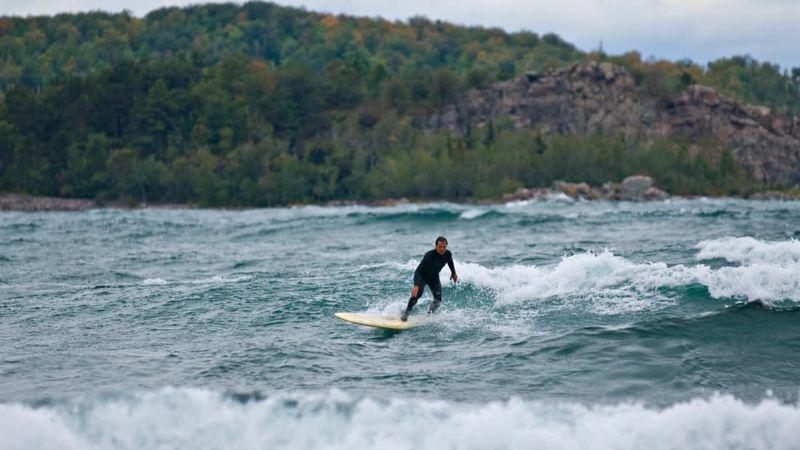 Danau Superior tersebut menjadi bagian dari kelompok 5 Danau Besar berair tawar di Amerika Utara dan merupakan yang terluas. Danau inilah yang asyik buat surfing (aaron peterson.net/Alamy/CNN)