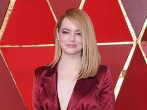 Bukan Gaun Panjang, Ini Pilihan Busana Emma Stone di Oscar 2018