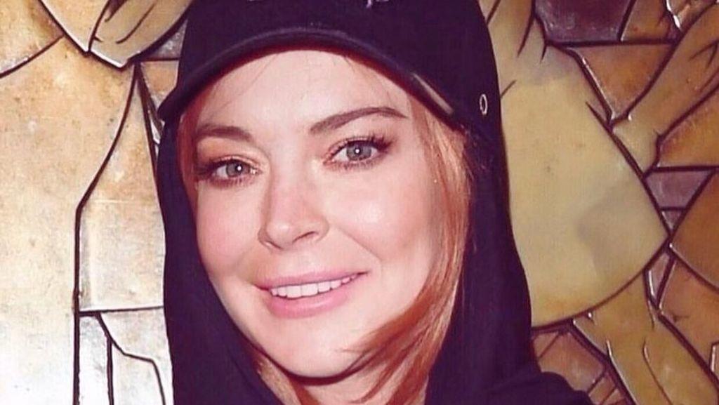 Ini Desainer di Balik Hijab Topi yang Dipakai Lindsay Lohan