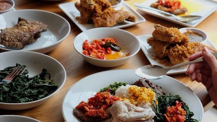 Makan nasi Padang juga harus pilih-pilih menunya. (Foto: Istimewa)