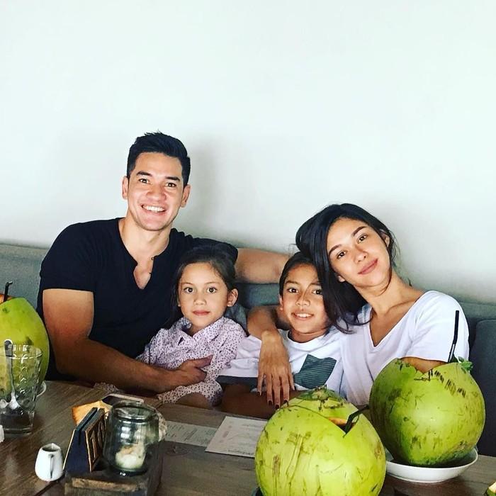Bersama keluarga kecilnya, Andrew White dan Nana Mirdad terlihat sedang menikmati kelapa ijo di salah satu rumah makan di Sanur Bali. Foto: Instagram @andrew.white._