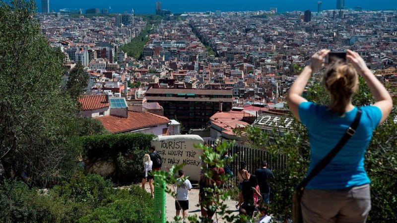 Ibu kota Catalan, Barcelona, Spanyol didatangi 34 juta wisatawan pada 2016 dan melonjak 25% dari tahun 2012. Hal ini menyulut kemarahan penduduk setempat dengan adanya grafiti anti-turis yang muncul di seluruh kota (CNN Travel)