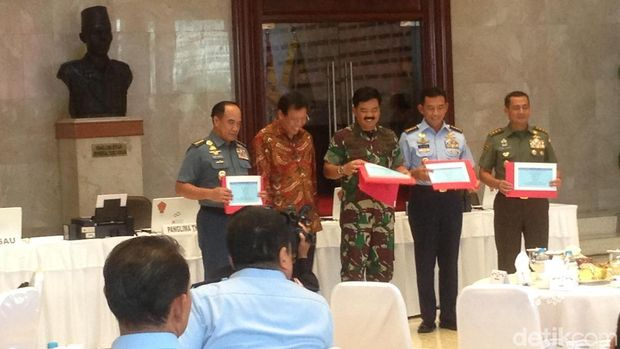 Hadi kemudian mengisi e-filling bersama KSAU Marsekal TNI Yuyu Sutrisna, KSAL Laksamana TNI Ade Supandi, dan Wakasad Letjen TNI Tatang Sulaiman