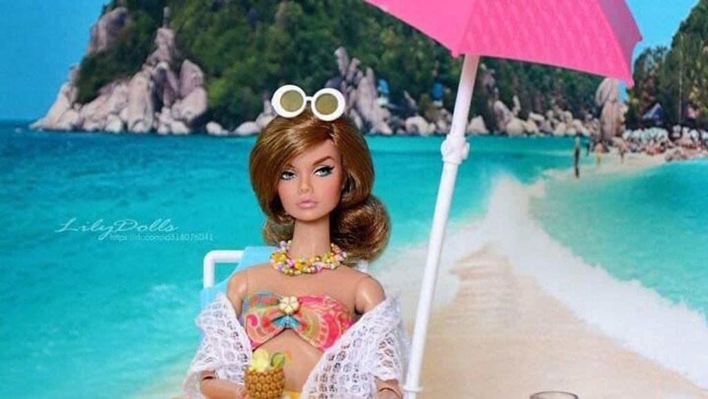 Unik! Pria Ini Pakai Boneka Barbie Untuk Protes Jalan Berlubang