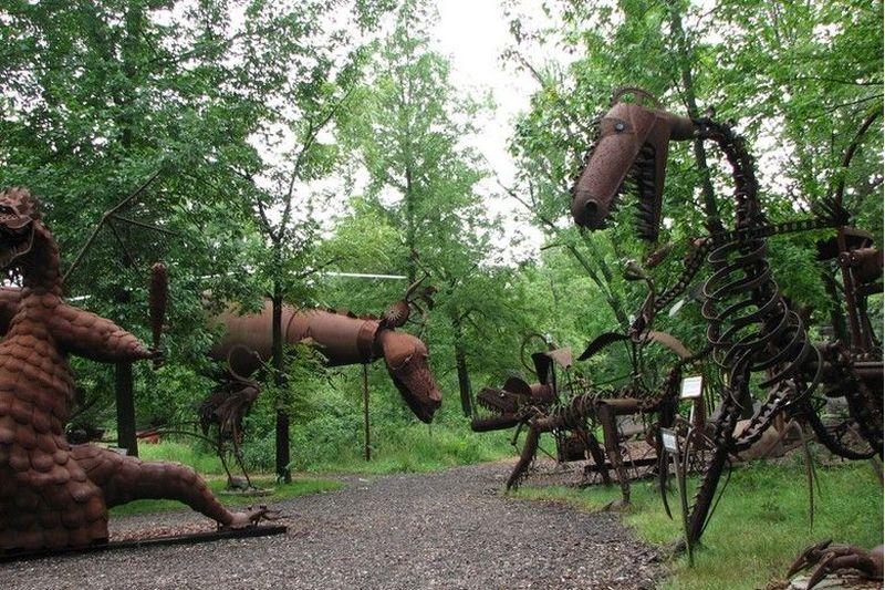 Jurustic Park berada di M222 Sugarbush Lane, Marshfield, AS. Tak menjadi rumah bagi dinosaurus seperti Jurassic Park, Jurustic Park isinya patung hewan aneh dari besi (jurustic.com)