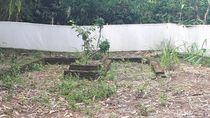 Foto: Kain Kafan jadi Pagar Makam Keramat di Tangerang