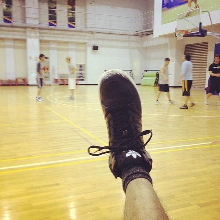Perawakannya yang tinggi menambah pesona aktor asal Taiwan ini. Dan tak mengherankan juga jika olahraga kesukaan Bolin ternyata adalah basket. (Foto: Instagram/chenbolin)