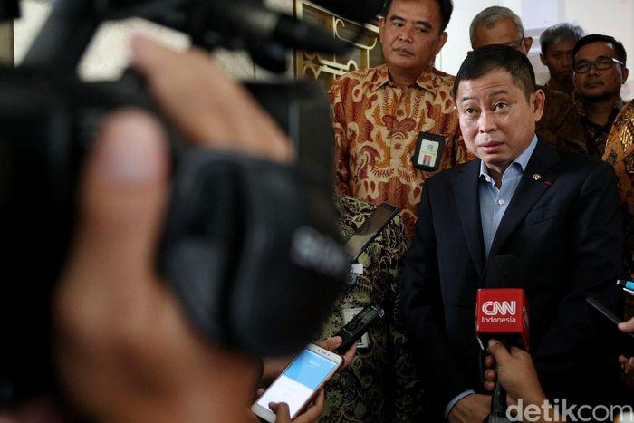 Menteri Energi dan Sumber Daya Mineral (ESDM) Ignasius Jonan pagi ini melaporkan Surat Pemberitahuan Tahunan (SPT) Pajak Penghasilan (PPh) Wajib Pajak Orang Pribadi Tahun 2017 secara elektronik di kantornya, Jakarta Pusat.