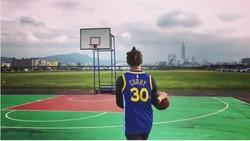 Macho dan tampan, lengkap sudah profil aktor Taiwan yang juga aktif di Korsel ini. Ditambah lagi ia juga gemar berolahraga dan pilihannya jatuh pada basket.