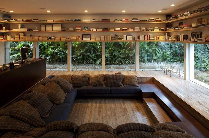Ruang baca ini berasa berada di luar ruangan, sebab dinding bagian bawahnya terbuat dari kaca. Sementara dinding atas dipakai untuk rak buku. Istimewa/Boredpanda.