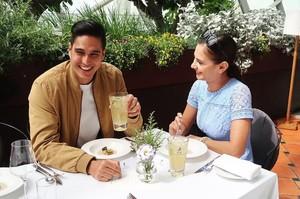 Yuk, Intip Pose Si Tampan Marcel Chandrawinata Bersama Makanan!
