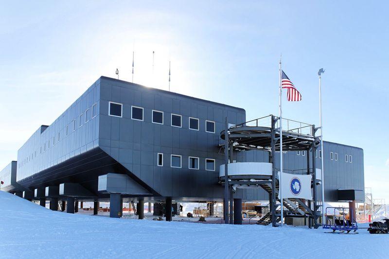 Amundsen-Scott South Pole Station didirikan tahun 1956 oleh pemerintah AS. Hingga kini, inilah tempat penelitian di bagian paling selatan Bumi (Amundsen-Scott South Pole Station/Facebook)