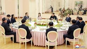 Saat Kim Jong-Un Bercanda tentang Dirinya Sambil Minum Soju