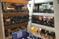 Gelar Diskon, Gerai Apple Malaysia Diserbu Ribuan Orang