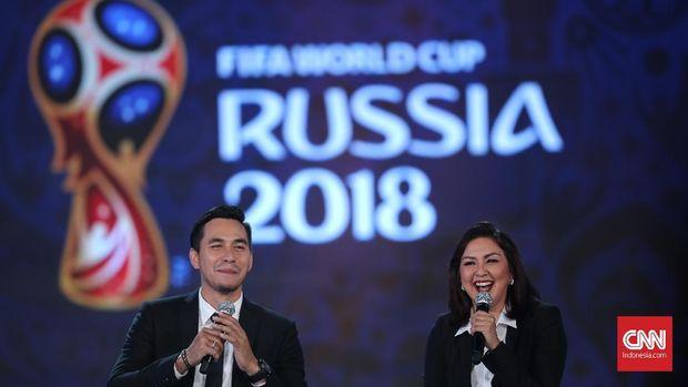 Darius Sinathrya dan Donna Agnesia hadir di acara konser 100 hari jelang Piala Dunia.