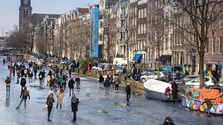 Foto: Warga Amsterdam main ice skating di atas sungai (AFP/Getty Images)